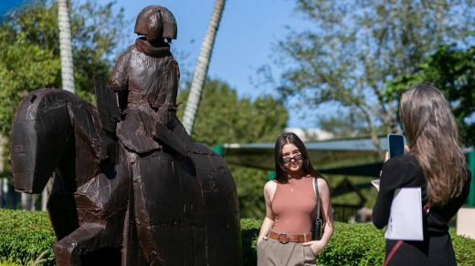 Renowned artist Manolo Valdés' work has shown in Paris, Rome. Now, it's in Doral